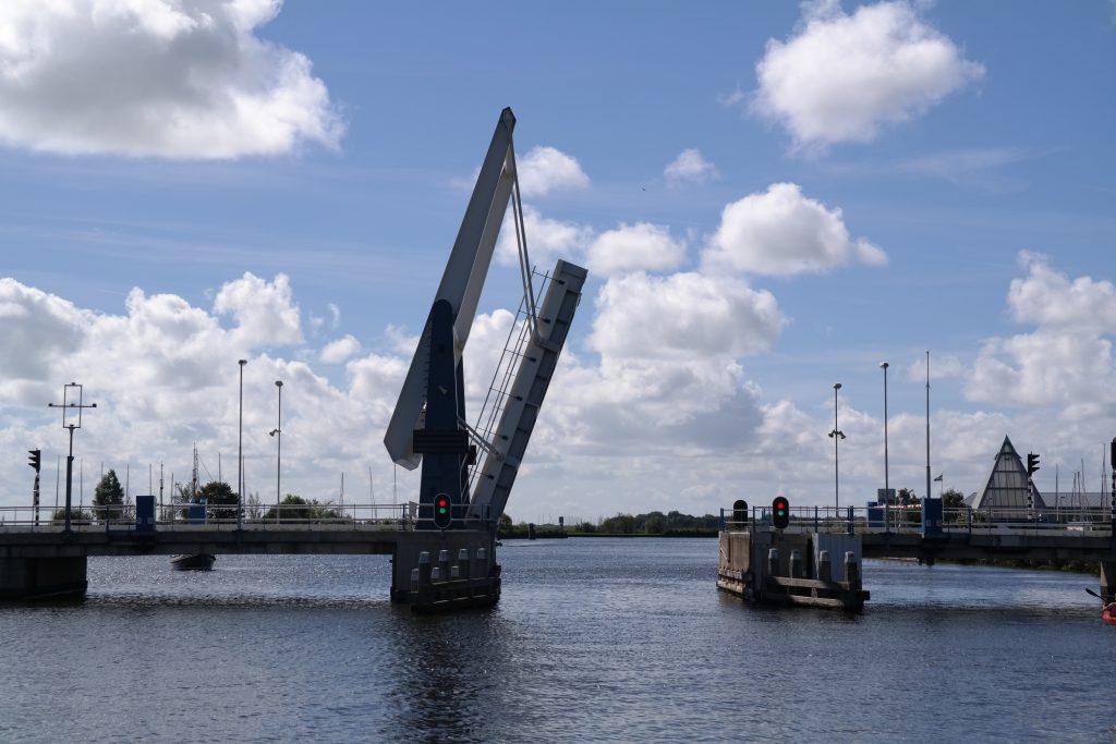 Geöffnete Brücke kurz vor der Durchfahrt.